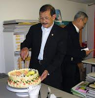 Ông Hội Trưởng VNPS Đỗ Lịnh Dzũng cắt bánh mừng sinh  nhật thứ 16 của Hội